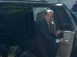El gobernador Anibal Acevedo Vila, mientras se bajaba de un carro el d�a en que fuecitado por eltribunal federal