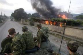 Soldados rusos observan como Georgia arde en fuego
