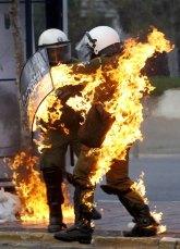 Un policia griego huye ardiendo en fuego durante uno de los enfrentamientos