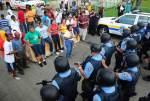 La comunidad se enfrenta con la policía.