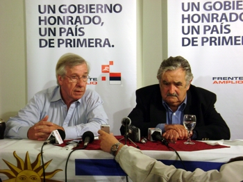 José Mujica (a la derecha) promete todo, menos un gobierno honrado.