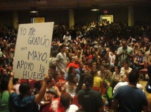 Estudiantes debaten sobre la huelga que viene. (Foto por Alexandra Sierra)