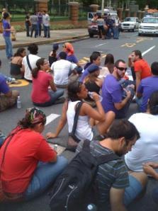 Estudiantes toman la Ponce de Leon en protesta por el cierre patronal previo al Paro Nacional del 15 de octubre