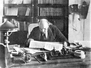 Lenin en su estudio en Kremlin (1918).