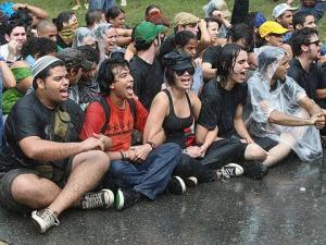 Aún bajo lluvia los estudiantes seguimos protestando.
