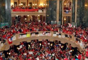 Miles de personas tomaron el capitolio de Wisconsin para que los senadores republicanos no pudieran entrar.