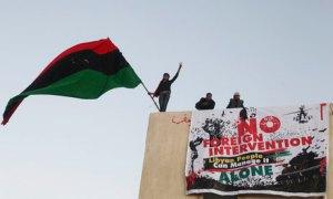 """""""No a la intervención extranjera, el pueblo de Libia puede solo"""". Así lee un cartel desplegado en Libia."""
