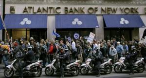 Protestas a bancos en el Nueva York. La policía protege los bancos, no a la gente.