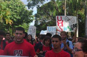 Estudiantes de la UHS marchan luego de una asamblea donde se votó por unanimidad en contra de la cuota de $600