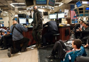 El personaje de Bane toma Wall Street en The Dark Knight Rises.
