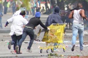 Willy Warden Florián Ramírez es trasladado en un carrito de compras luego de recibir varios balazos por parte de la policía.