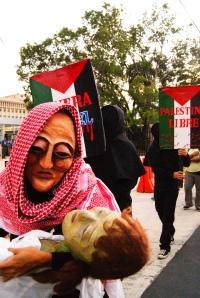 """""""Mujer Palestina sufriendo la muerte de su hijo por los bombardeos de Israel"""""""